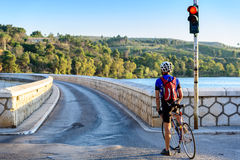 Ciclista che aspetta al semaforo Fotografia Stock Libera da Diritti
