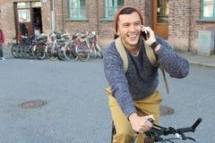 Ciclista che chiama dal telefono con lo spazio della copia Fotografia Stock
