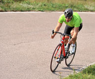 Ciclista che guida una bicicletta Immagine Stock