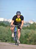 Ciclista che guida una bicicletta Fotografie Stock Libere da Diritti