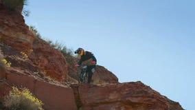 Ciclista che guida una bicicletta downhill Concetto estremo di ciclismo di sport immagini stock libere da diritti