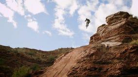 Ciclista che guida una bicicletta downhill Concetto estremo di ciclismo di sport fotografia stock