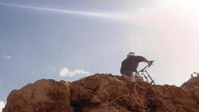 Ciclista che guida una bicicletta downhill Concetto estremo di ciclismo di sport immagini stock