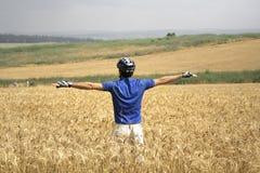 Ciclista che si leva in piedi in su Immagine Stock