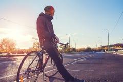 Ciclista com bicicleta em uma rua vazia da cidade Fotos de Stock