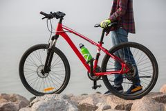 ciclista com o Mountain bike no beira-mar Fotografia de Stock Royalty Free