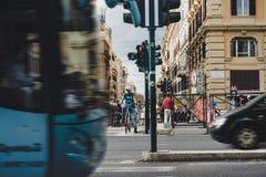 Ciclista com respirador em um sinal Foto de Stock Royalty Free