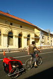 Ciclista con el remolque en Escandinavia fotografía de archivo libre de regalías