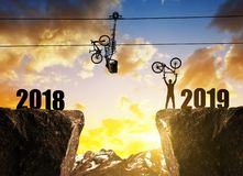 Ciclista con la bicicletta su roccia al tramonto immagini stock