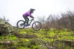 Ciclista de Enduro que monta la bici de montaña Imagen de archivo libre de regalías