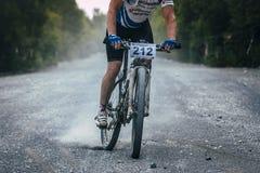 Ciclista de frenado del camino de la grava Fotografía de archivo libre de regalías