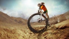 Ciclista de la bici de montaña que monta la sola pista fotografía de archivo libre de regalías