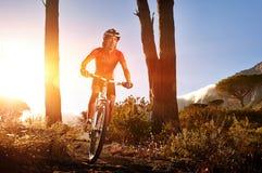 Hombre de Mountainbike fotografía de archivo libre de regalías