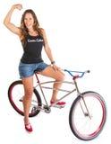 Ciclista de la montaña que dobla el músculo Fotos de archivo