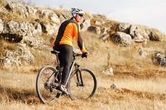 Ciclista de la montaña que monta la sola pista en valle Foto de archivo libre de regalías