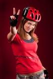 Ciclista de la mujer joven con los dedos de la victoria Foto de archivo