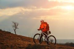 Ciclista del hombre con la mochila que monta la bicicleta Fotografía de archivo libre de regalías