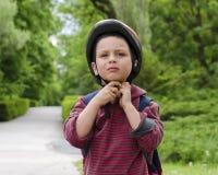 Ciclista del niño con el casco Imagen de archivo libre de regalías