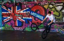 Ciclista del truco en el parque del patín de Londres Foto de archivo libre de regalías
