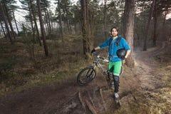 Ciclista di ATB nel legno Fotografia Stock