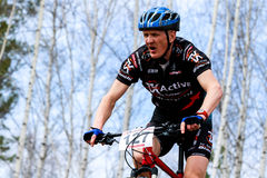 Ciclista do Mountain bike que monta a única trilha Imagens de Stock Royalty Free