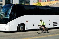 Ciclista e ônibus do luxo Fotografia de Stock