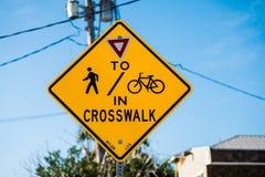Ciclista e pedestres da atenção na faixa de travessia fotografia de stock royalty free