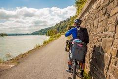 Ciclista em Alemanha ao longo do Reno Fotografia de Stock