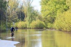 Ciclista en agua Foto de archivo libre de regalías