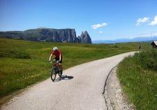 Ciclista en Alpe di Siusi imagen de archivo libre de regalías