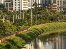 Ciclista en carril de bicicleta cerca del río de Pinheiros, lado oeste de Sao Paulo imagenes de archivo
