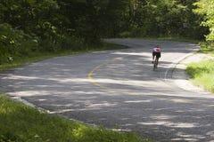 Ciclista en curva foto de archivo libre de regalías