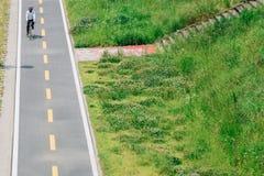 Ciclista en el camino de la bicicleta foto de archivo