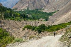 Ciclista en el camino de la montaña Imágenes de archivo libres de regalías