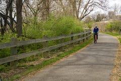 Ciclista en el Greenway del río de Roanoke fotos de archivo