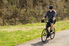 Ciclista en el Greenway del río de Roanoke fotografía de archivo libre de regalías