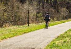 Ciclista en el Greenway del río de Roanoke - 2 fotos de archivo