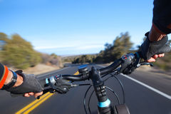 Ciclista en el movimiento. fotos de archivo