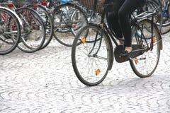 Ciclista en el movimiento Imágenes de archivo libres de regalías