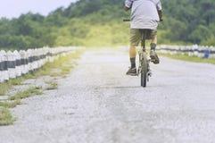 Ciclista en el movimiento en el fondo de la puesta del sol hermosa, el Bic del paseo Imagenes de archivo