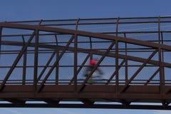 Ciclista en el movimiento en el puente Fotos de archivo