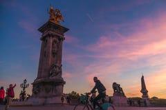 Ciclista en el puente de Pont Alejandro III fotos de archivo libres de regalías