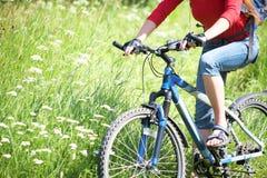 Ciclista en hierba Fotografía de archivo