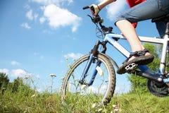 Ciclista en hierba verde Imagenes de archivo