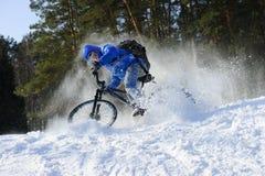 Ciclista en la bicicleta de la montaña Imagen de archivo