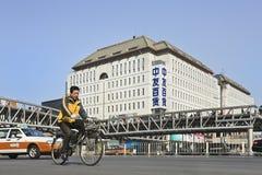 Ciclista en la calle de las compras de Xidan, Pekín, China Imagen de archivo