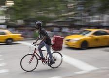 Ciclista en la calle de New York City Foto de archivo