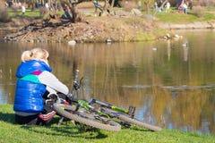 Ciclista en la charca del parque Fotografía de archivo libre de regalías