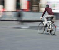 Ciclista en la falta de definición de movimiento, espacio de la copia Imágenes de archivo libres de regalías