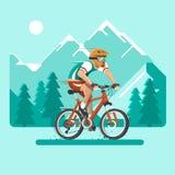 ciclista en las montañas El hombre se vistió en ropa y casco de los deportes en la bicicleta Ejemplo plano del vector Fotos de archivo libres de regalías